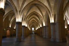 内部Conciergerie的被点燃的曲拱在巴黎,法国 库存照片
