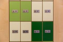 内阁岗位箱子,绿色和白色邮箱行特写镜头在邮局外面 木岗位箱子墙壁有数字的 免版税库存图片