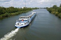 内陆运输,在马斯Waal运河的气体罐车 库存图片