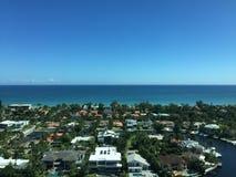 内陆,海洋和一个城市的美丽的景色在午后期间 免版税库存照片