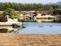 冈山后乐园庭院在早期的春天 免版税库存图片