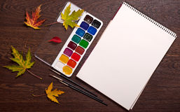册页、水彩、刷子和秋叶 库存图片