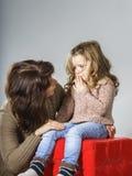 再保证小女儿的母亲 图库摄影