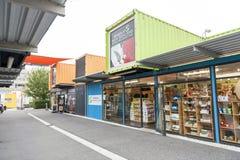 再开始或稀土:开始购物中心,包括商店和商店运输货柜的室外零售空间 免版税库存照片