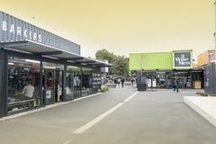 再开始或稀土:开始购物中心,包括商店和商店运输货柜的室外零售空间 图库摄影