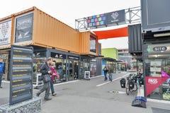 再开始或稀土:开始购物中心,包括商店和商店运输货柜的室外零售空间 免版税图库摄影