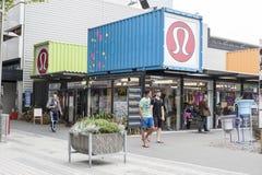 再开始或稀土:开始购物中心,包括商店和商店运输货柜的室外零售空间 库存图片