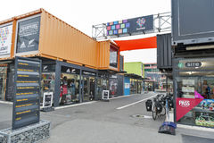 再开始或稀土:开始购物中心,包括商店和商店运输货柜的室外零售空间 免版税库存图片