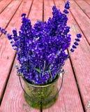 再淡紫色花束木背景 库存图片