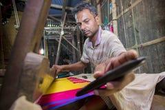 再装桃红色摇摆卷的Jamdani莎丽服工作者 免版税图库摄影
