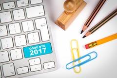 再见2017年,企业概念 在白色办公桌上的键盘有各种各样的项目的 免版税库存图片