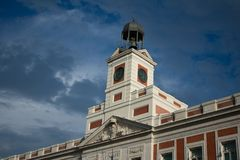 再马德里市政大厦深蓝天空塔  库存图片