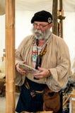 1700再enactor在服装苏格兰男用短裙 免版税库存图片