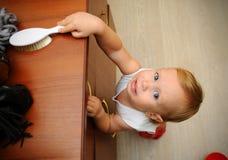 冒与落的家具的小男孩事故的风险 免版税库存照片