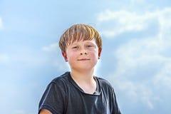 冒汗在体育以后的男孩看起来确信 免版税库存图片
