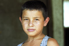 冒汗有光芒四射的面孔的拉丁美州的男孩画象  图库摄影