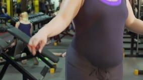 冒汗超重在体育俱乐部的女孩跳的跳绳,健身,慢mo 影视素材