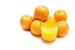 从冒泡片剂的泡沫腾涌的橙汁用在背景的桔子,被冲洗  免版税库存照片
