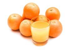 从冒泡片剂的泡沫腾涌的橙汁用在背景的桔子 库存图片