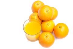 从冒泡片剂的泡沫腾涌的橙汁用在背景的桔子 库存照片