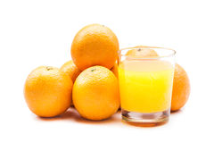 从冒泡片剂的泡沫腾涌的橙汁用在背景的桔子 图库摄影