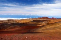 冒纳凯阿火山山顶,在夏威夷的海岛上的一座休眠火山 惊人盘旋在云彩上的美好的红色石峰顶, 免版税库存图片