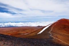 冒纳凯阿火山山顶,在夏威夷的海岛上的一座休眠火山 惊人盘旋在云彩上的美好的红色石峰顶, 库存图片