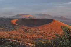 冒纳凯阿火山红色火山口日落的 免版税库存图片