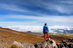 从冒纳凯阿火山,在夏威夷的海岛上的一座休眠火山的旅游敬佩的激动人心的景色 免版税库存照片