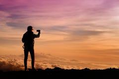 从冒纳凯阿火山,在夏威夷的海岛上的一座休眠火山的旅游赞赏的惊人的日落视图 库存照片