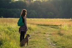 冒险一条年轻女性和她的斯塔福德郡狗的时刻 库存图片