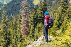 冒险家在峭壁站立 免版税图库摄影