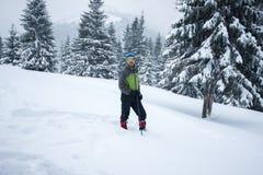 冒险家的风镜,在深雪站立 免版税库存照片