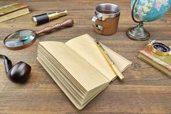冒险或旅行或远征项目在木表上 免版税库存图片