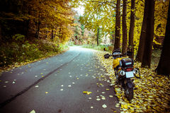 冒险摩托车秋天路 免版税库存图片