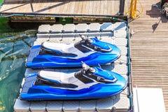 冒险旅游业的两条水滑行车小船与汽车竞赛w 库存图片