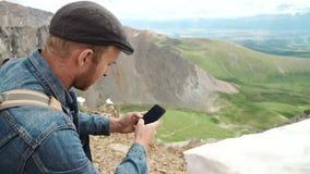 冒险有gps设备或电话的人户外在原野探索 股票录像