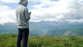冒险有gps设备或电话的人户外在原野探索 影视素材