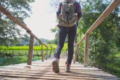 冒险步行与背包,女性远足者s特写镜头的人  免版税库存照片