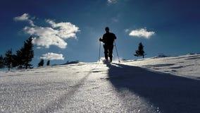 冒险步行在山的冬天的人 股票录像