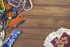 冒险的设备 在一个老木板的旅行需要 为一次大胆的远征做准备 图库摄影