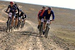 冒险自行车沙漠马拉松山 库存图片