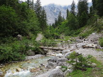 冒险足迹在山区域 库存图片