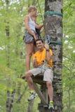 冒险路线的人们在森林 免版税库存照片