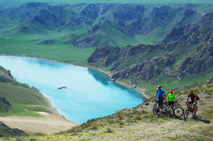 冒险骑自行车的山 库存照片