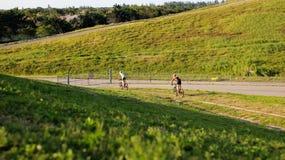 冒险骑自行车的山 免版税图库摄影