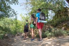 冒险,旅行,旅游业、活跃休息、远足和人友谊概念 库存照片