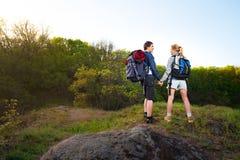 冒险,旅行,旅游业、远足和人概念 新coupl 库存照片