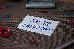 写一个新的开始的词文本时间 某事的企业概念应该现在开始新鲜的工作剪刀 免版税库存图片