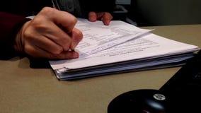 写一些信息的妇女接待员为患者 影视素材